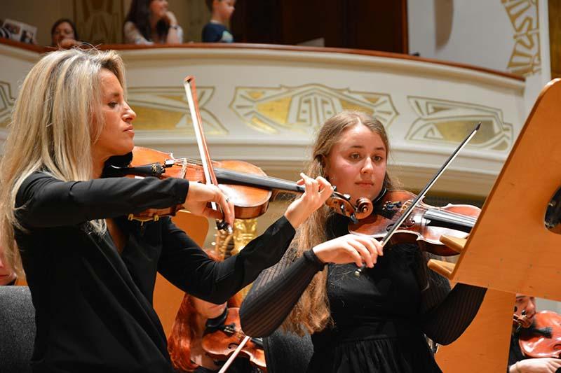 """Violinistin der Jenaer Philharmonie und Geigenschülerin der Musik und Kunstschule Jena beim """"tutti pro""""-Konzert"""
