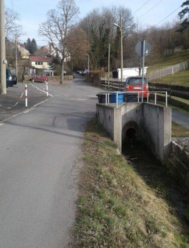 auf der rechten Seite ist die Bachverrohrung zu sehen, links davon die Fahrbahn der Ziegenhainer Straße