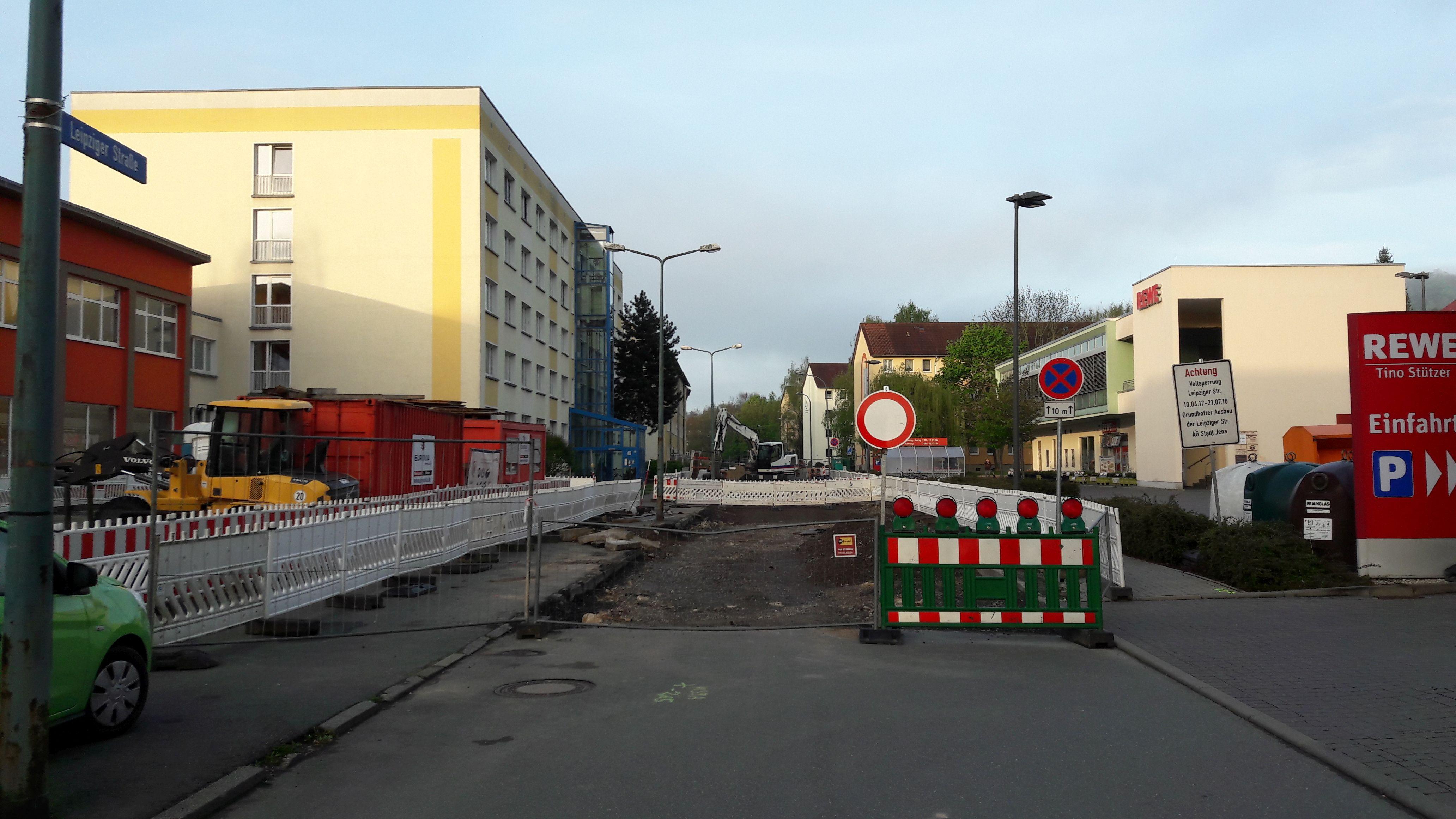 Zu sehen ist die Leipziger Straße, flankiert von Bauzäunen, der Asphaltbelag wurde bereits entfernt. Blick von Abzweig zur Camburger Straße nach Scharnhorststraße