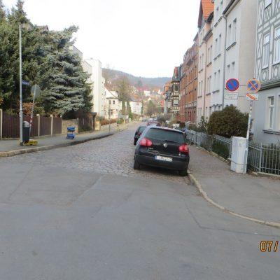 Blick in die Thomas-Mann-Straße von der Mitte der Straße aus. Die Straße ist gepflastert.