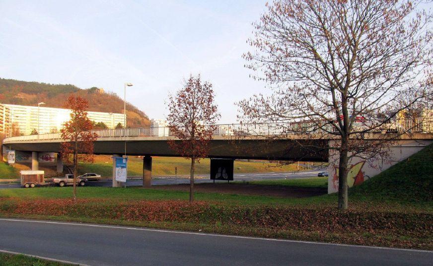 Blick von unten auf die Brücke - Zustand vor dem Bauvorhaben.