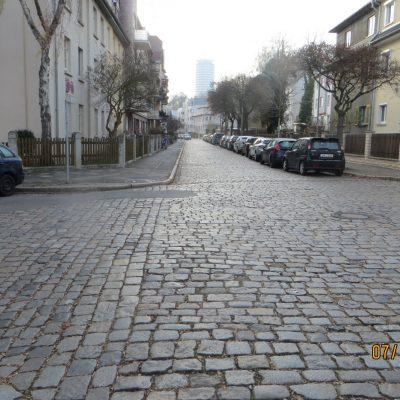 Blick in die Thomas-Mann-Straße Richtung Jentower, im Hintergrund zu erkennen.