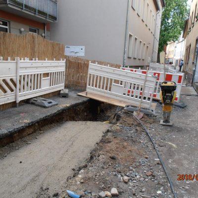 Blick in die Baustelle, rechts steht ein Baugerät