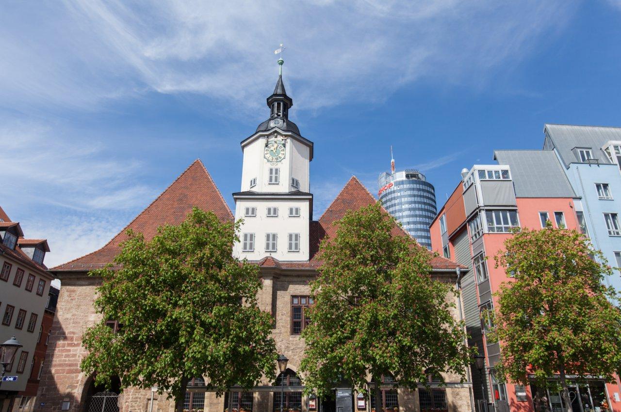 Blick vom Markt auf das historische Rathaus