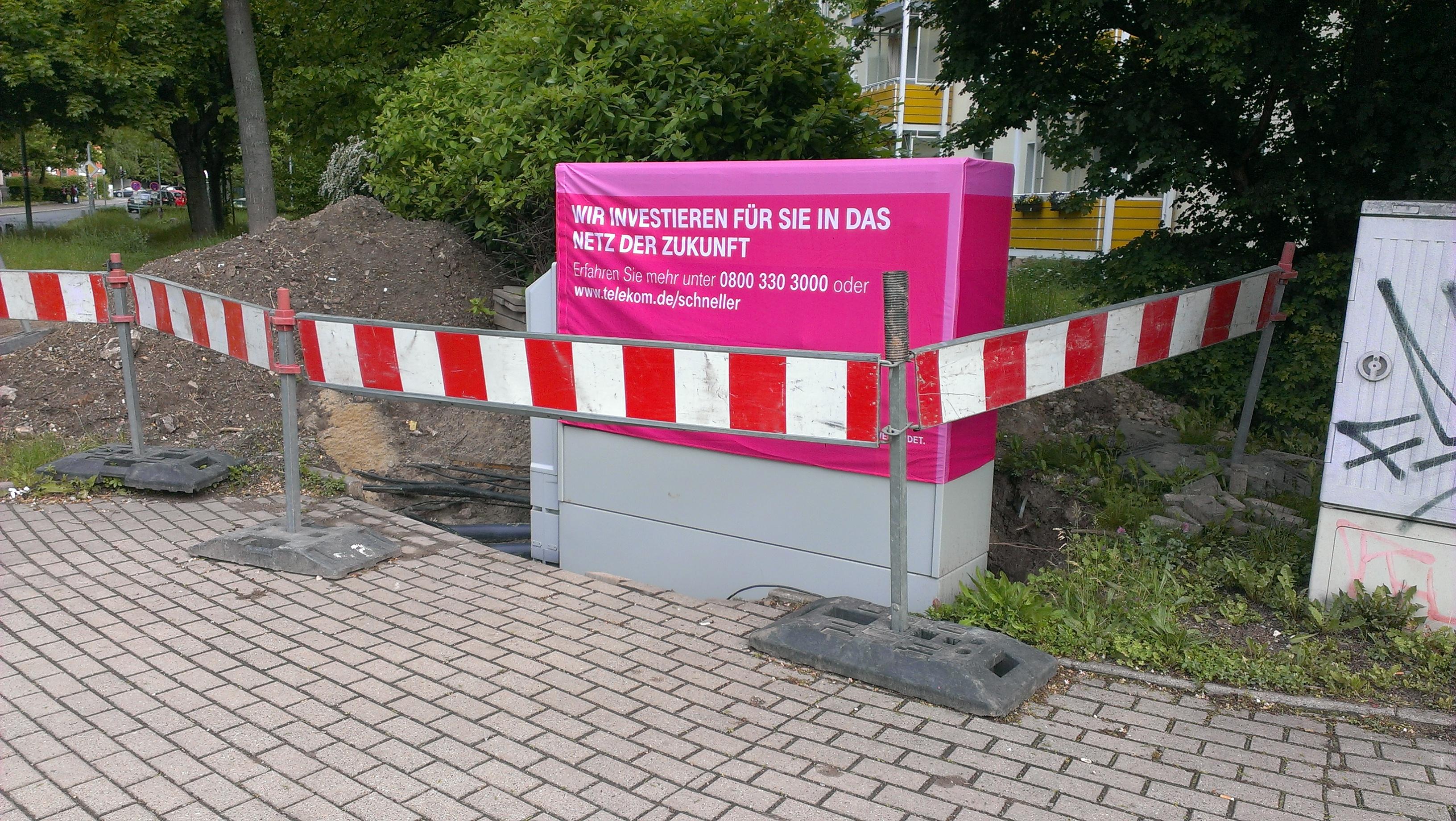 Neuer Verteilerkasten der Telekom mit einer Webehaube.