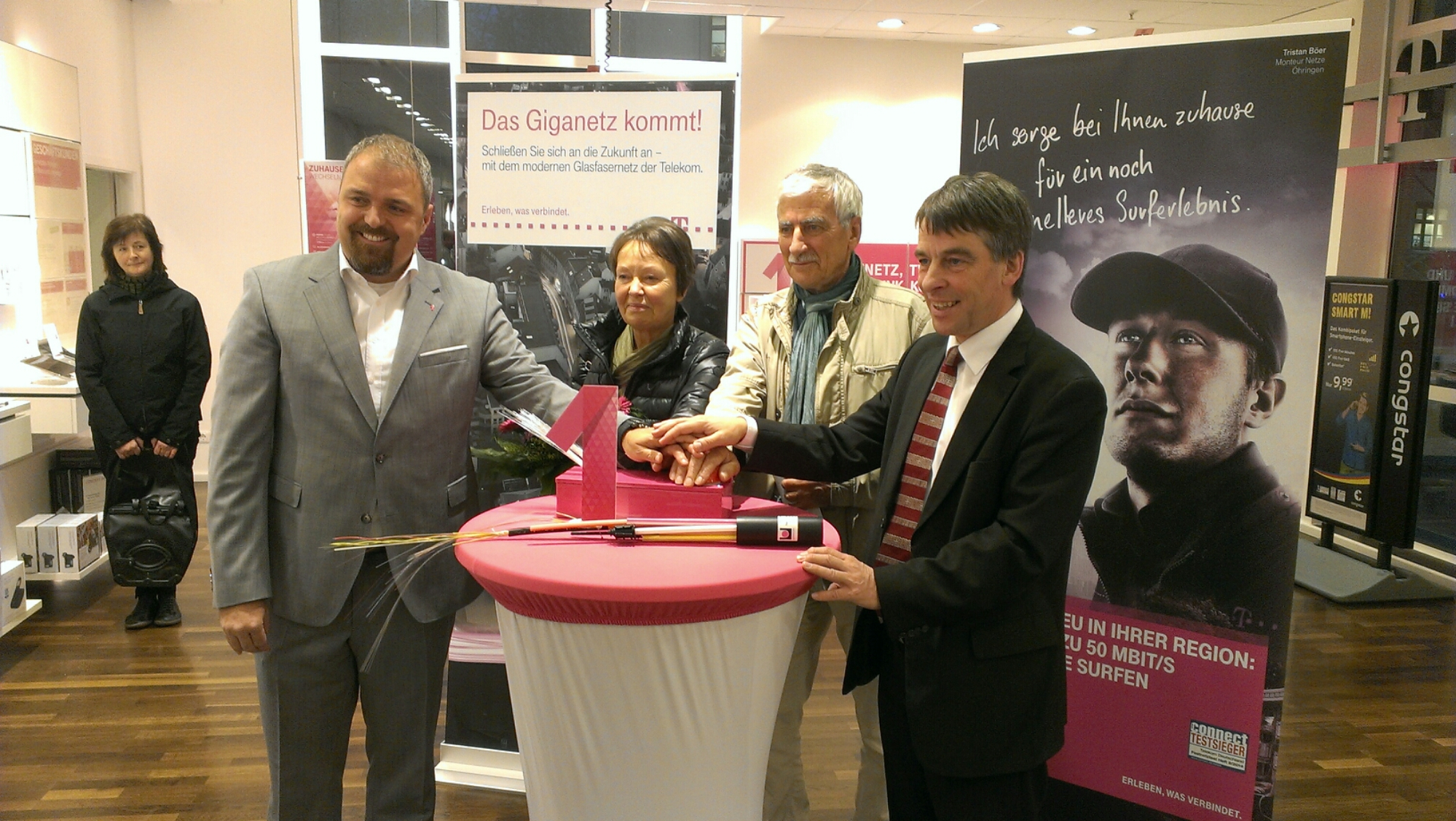 OB Dr. Schröter, Tobias Zimmerman drücken zusammen mit den ersten Kunden den Startknopf.