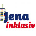 Der Schriftzug Jena Inklusiv mit einem bunten Hochhaus im Hintergrund