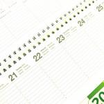Ein Terminkalender liegt auf einem Schreibtisch.