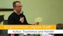 Carsten Müller steht vor der Pinwand mit Stichwörtern