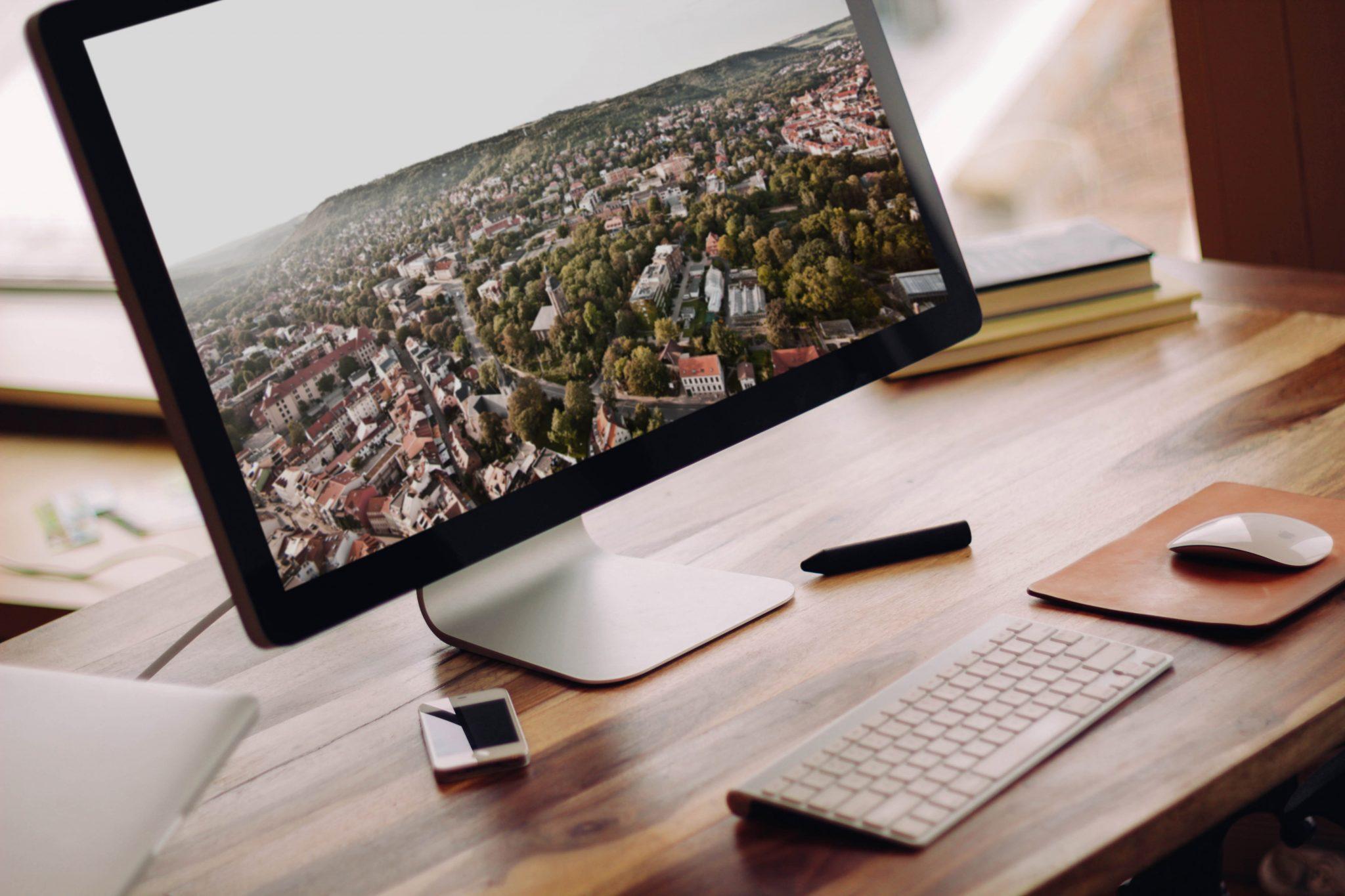PC auf einem Tisch mit einem Bild von Jena