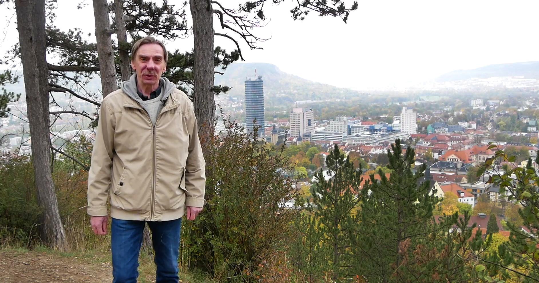 Stadthistoriker Dr. Rüdiger Stutz auf dem Landgrafen mit Blick ins Zentrum der Lichtstadt Jena