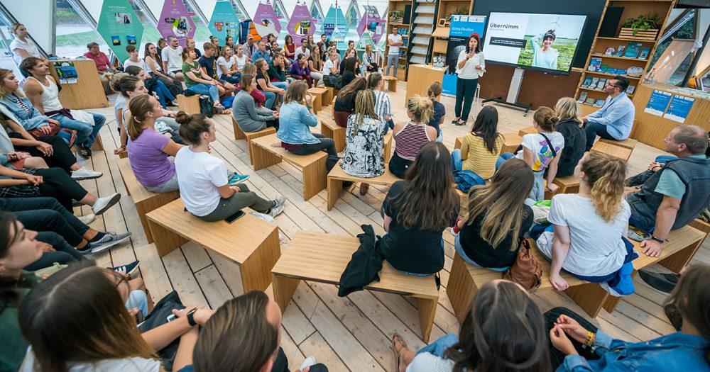 Klima-Pavillon Jena Innenansicht mit vielen Menschen
