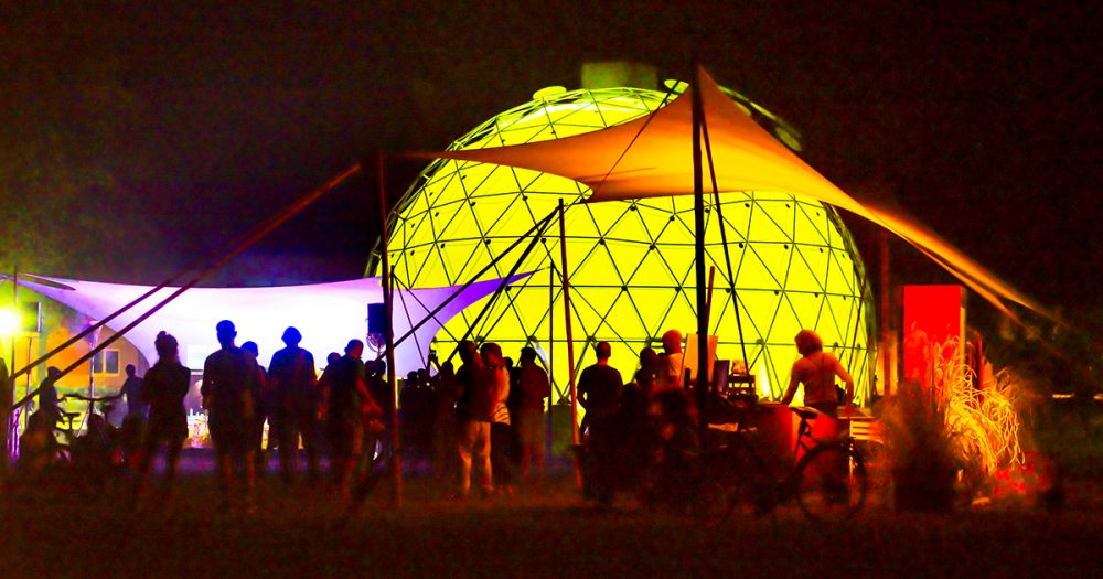 Klima-Pavillon Jena nachts beleuchtet