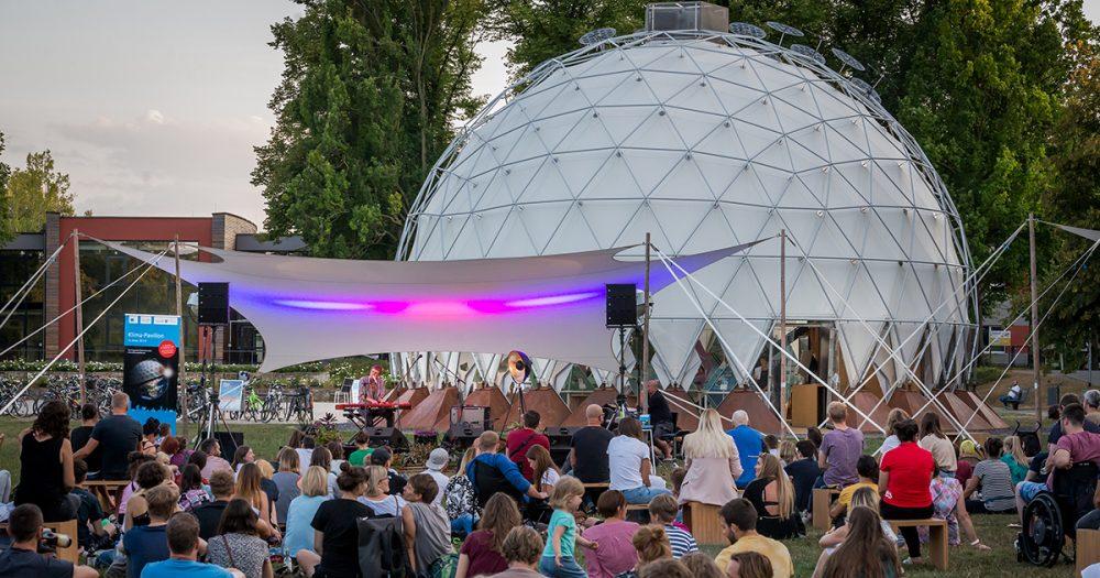Klima-Pavillon Jena von Außenansicht mit Bühne davor