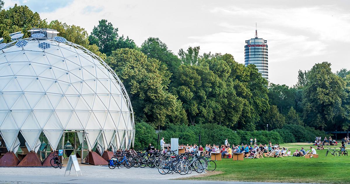 Klima-Pavillon Jena Außenansicht mit JenTower