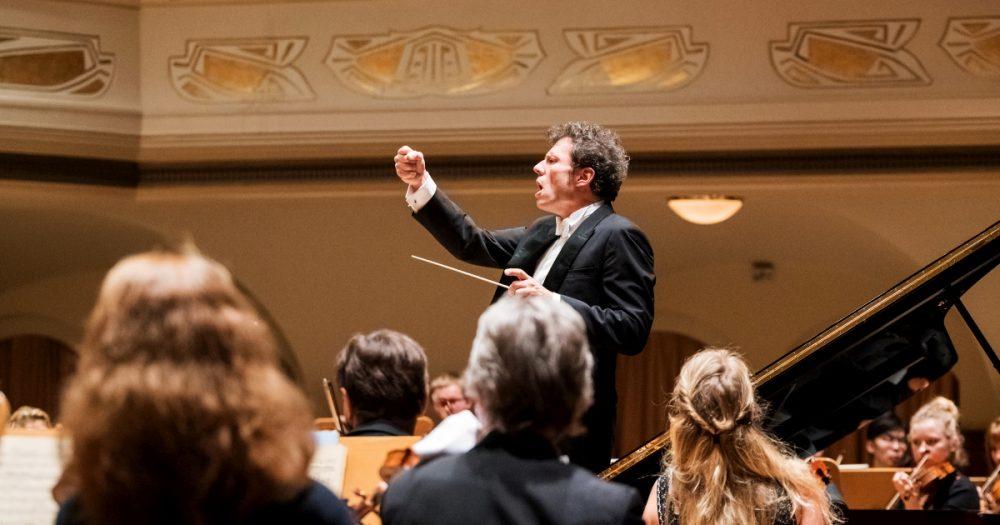 GMD Simon Gaudenz beim Auktaktkonzert der Jenaer Philharmonie 2017