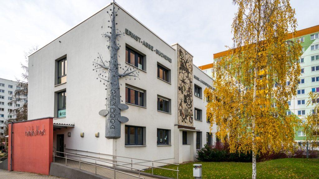 Eingang der Ernst-Abbe-Bücherei, Zweigstelle Lobeda
