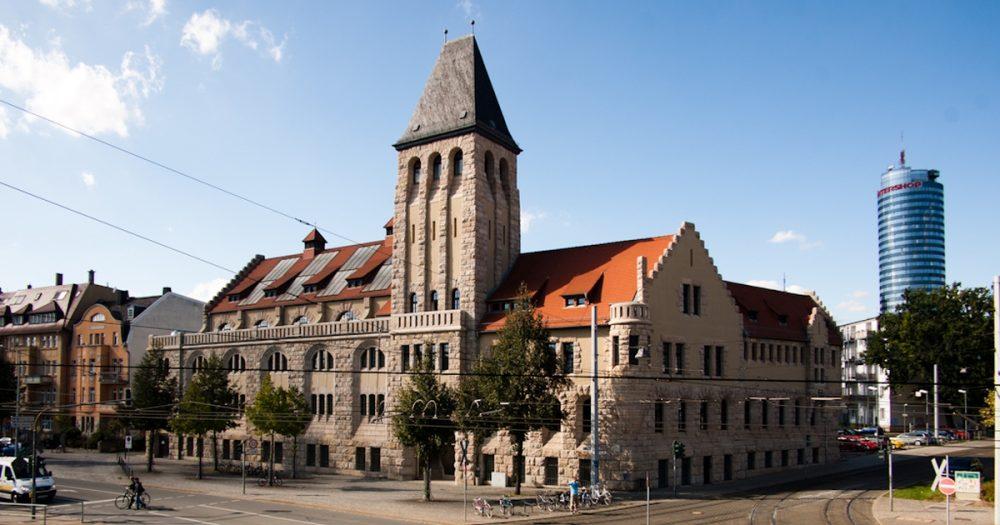 Volksbad in Jena mit JenTower im Hintergrund
