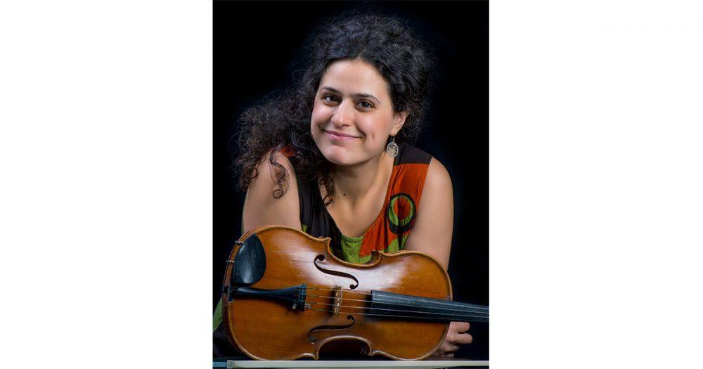Hasmik Karapetyan, Bratschistin in der Jenaer Philharmonie, mit ihrem Instrument