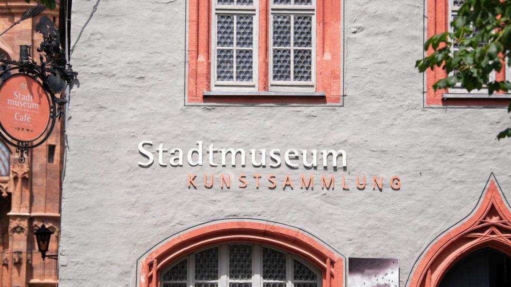 Die Außenfassade des Museumsgebäudes mit Schriftzug für Stadtmuseum und Kunstsammlung Jena