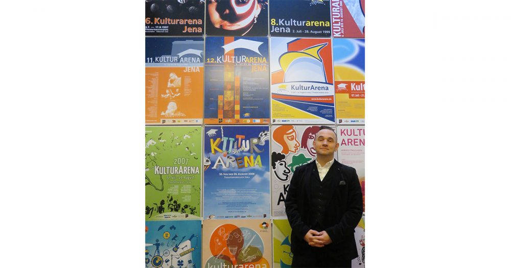 Der Fachbereichsleiter Veranstaltungen bei JenaKultur, Daniel Illing, vor der Wand mit Kulturarena-Plakaten im Volksbad