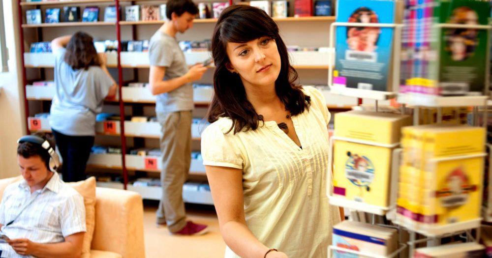Regale und Nutzer in der Ernst-Abbe-Bücherei Jena