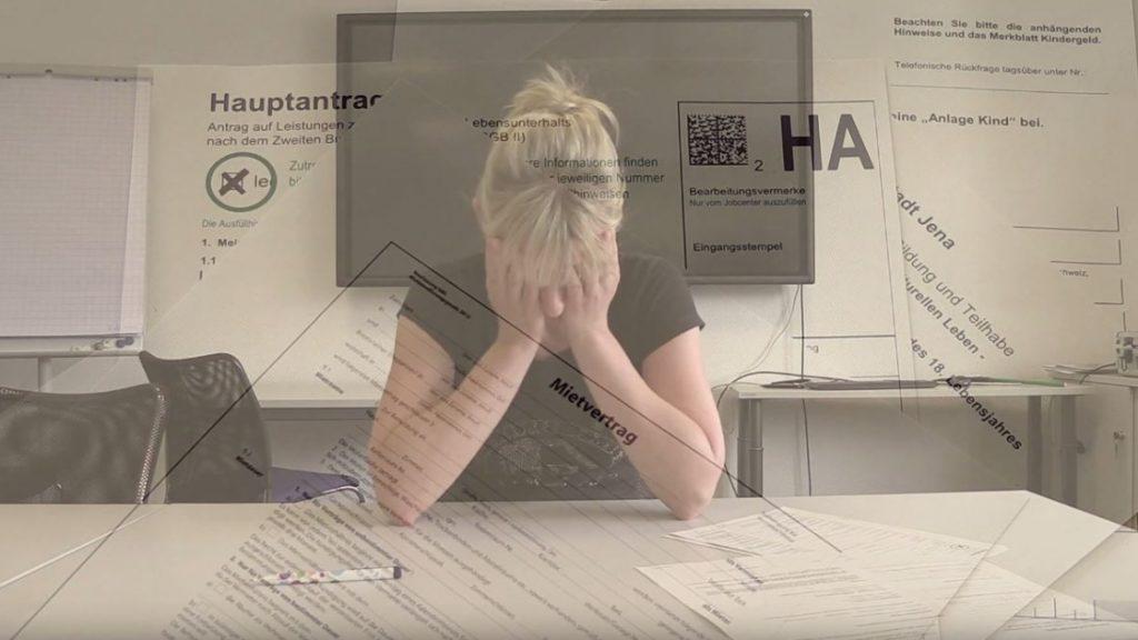 Eine Frau sitzt verzweifelt vor einem Stapel Papiere, im überlagernden Bild sieht man die verschiedenen Formulare