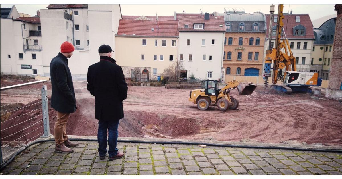 Jonas Zipf und Karl-Hermann Kliewe besichtigen die Baustelle für die neue Ernst-Abbe-Bücherei am Engelplatz Jena