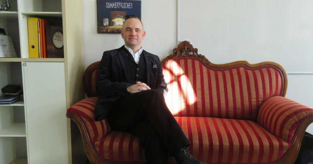 Der Fachbereichsleiter Veranstaltungen bei JenaKultur, Daniel Illing, auf seinem Barocksofa