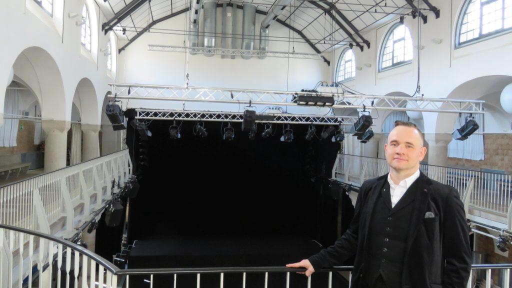 Der Fachbereichsleiter Veranstaltungen bei JenaKultur, Daniel Illing, auf der Empore in der ehemaligen Badehalle des Volksbads Jena