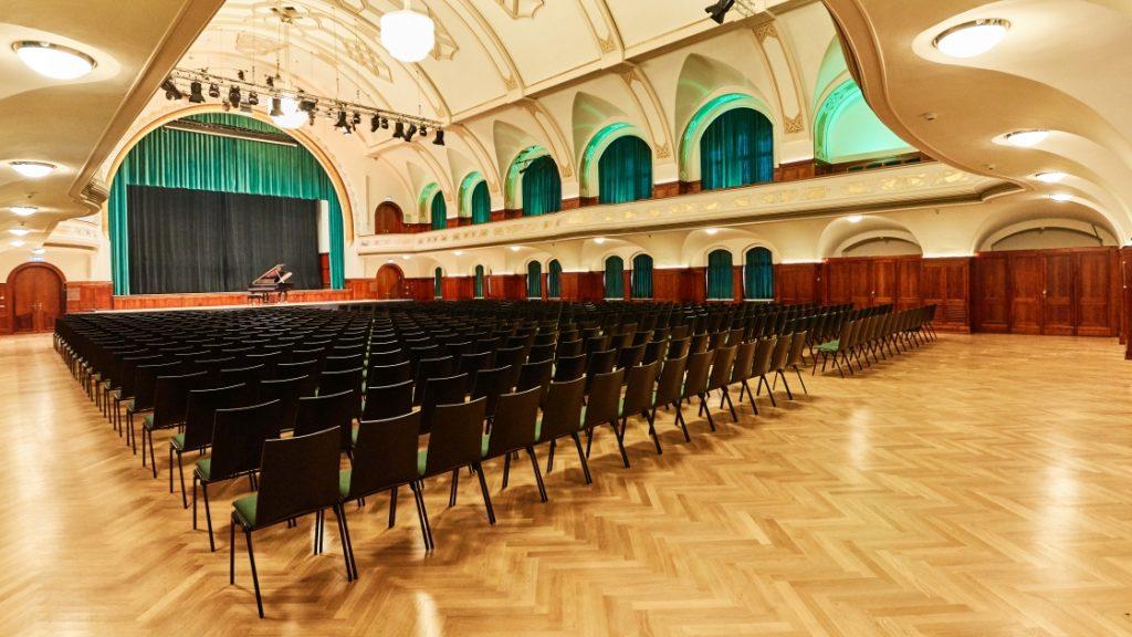 Der große Saal im Volkshaus Jena mit Bestuhlung für eine Konferenz