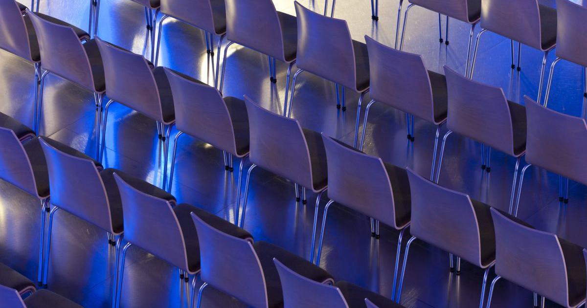 Leere Stühle im Volksbad Jena
