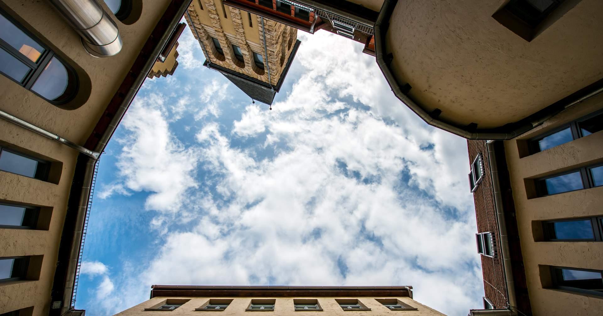 Volksbad Jena mit Blick in den Himmel