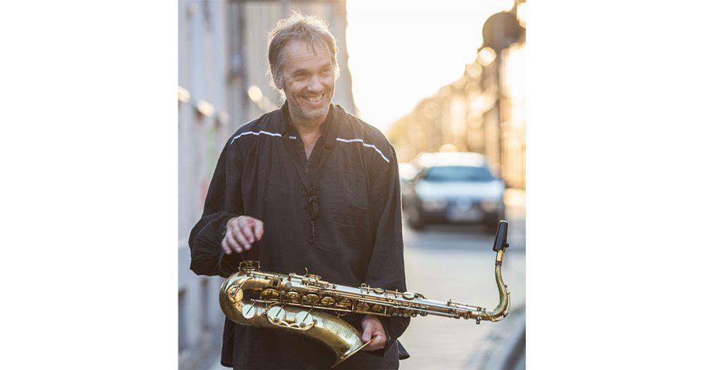 Saxophon- und Klarinettenlehrer Klaus Wegener von der Musik- und Kunstschule Jena mit einem Tenorsaxophon
