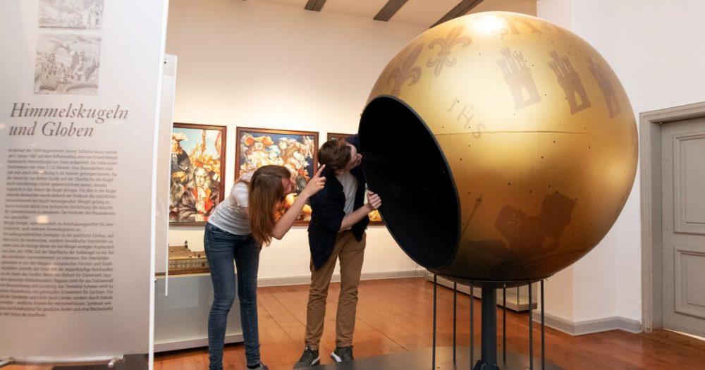 Modell einer Weltkugel aus Metall im Stadtmuseum Jena