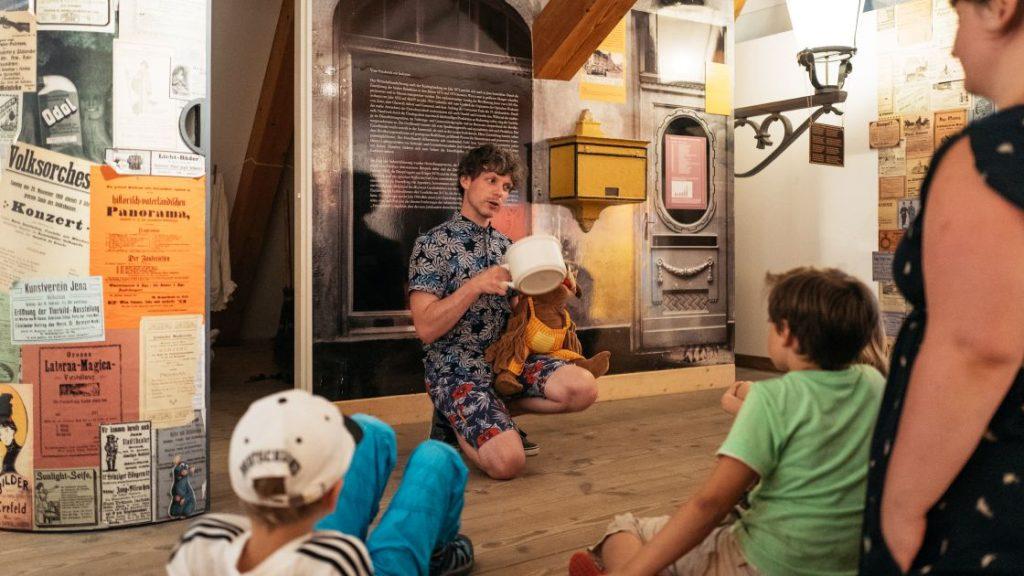 Museumspädagoge im Stadtmuseum Jena bei einer Führung für Kinder