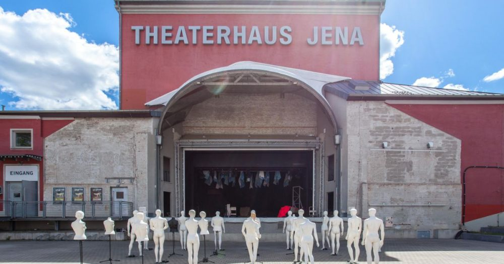 Schaufensterpuppen im 1,50-Abstand auf dem Theatervorplatz Jena