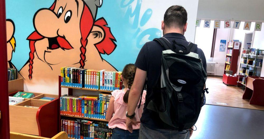 Groß und Klein freuen sich, dass die Ernst-Abbe-Bücherei jena wieder geöffnet ist.
