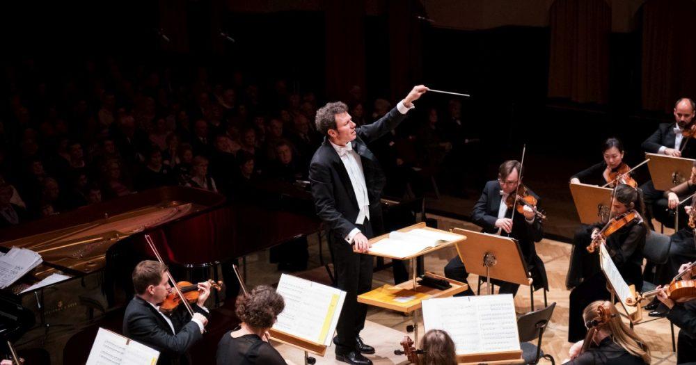 Simon Gaudenz und Musiker der Jenaer Philharmonie vor Publikum