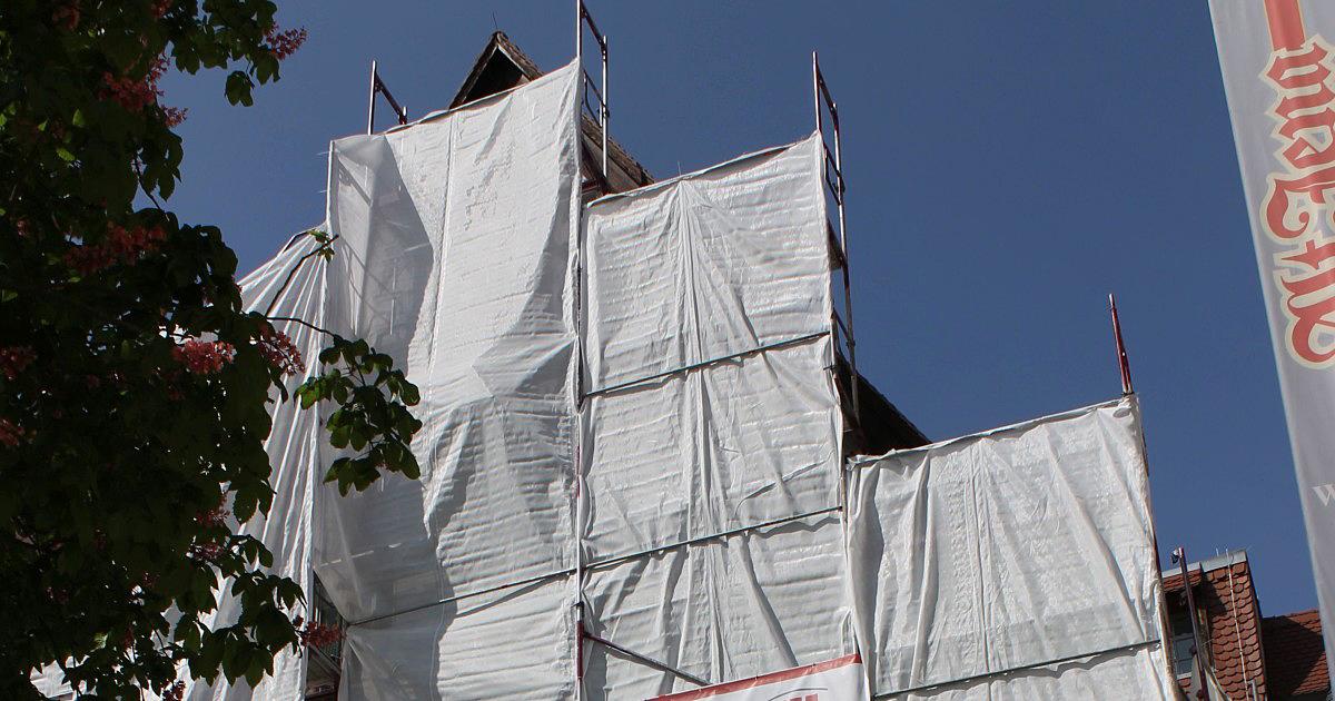 """Bauplanen und Gerüste an der sogenannten """"Göhre"""" auf dem Jenaer Marktplatz"""