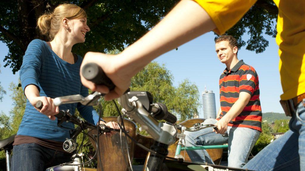 Leute auf Fahrrädern an der Saale in Jena