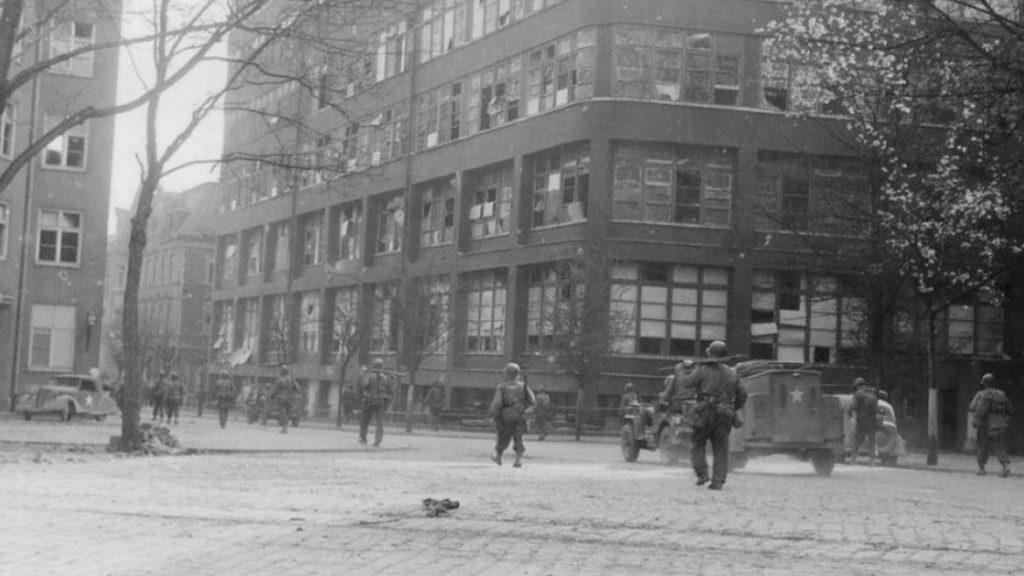 Infanteristen der US-Army marschieren durch die Jenaer Innenstadt entlang der Zeiss-Werke, 15. April 1945