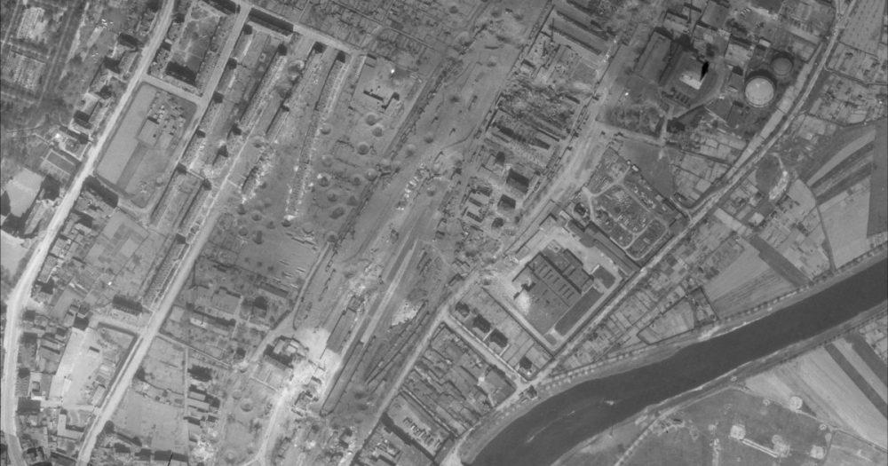 Das zerstörte Reichsbahnausbesserungswerk an der Löbstedter Str. nach dem Bombenangriff vom 9. April 1945, Luftaufnahme vom 10. April 1945