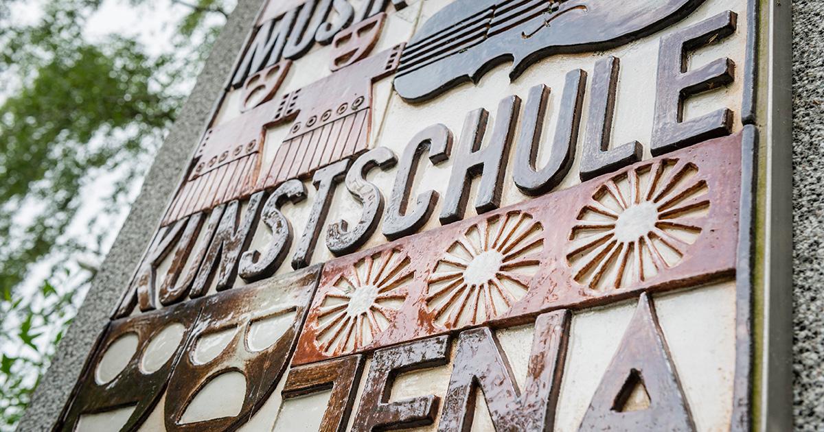 Keramik-Tafel von der Musik- und Kunstschule Jena