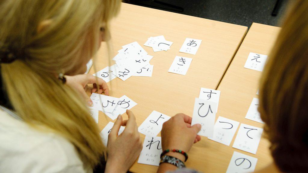 Lernkarten bei einem Sprachkurs an der vhs Jena
