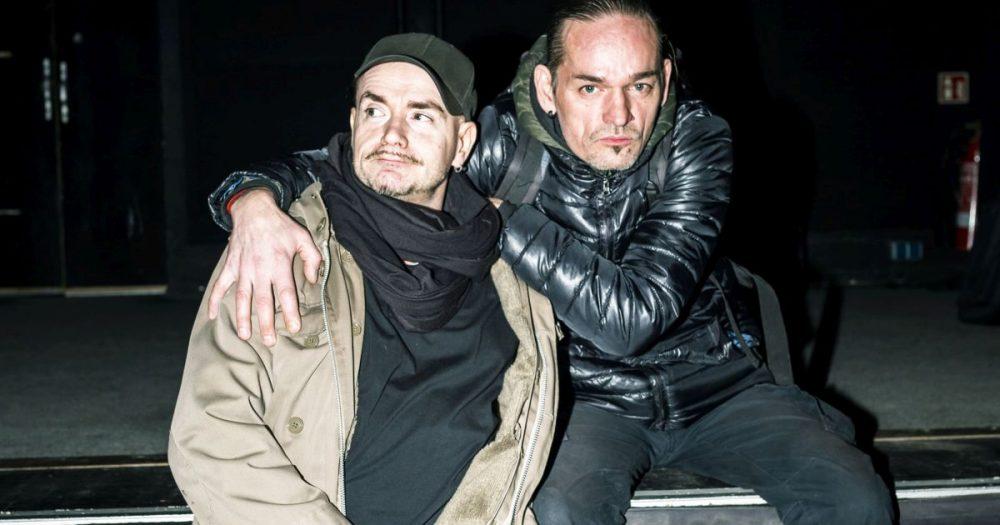 Heiko Schleßier und Jörg Drochner auf der Bühne des Kassablanca Jena sitzend