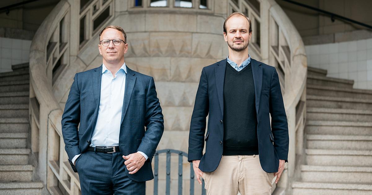 Jonas Zipf (r.) und Carsten Müller vor dem Volksbad Jena