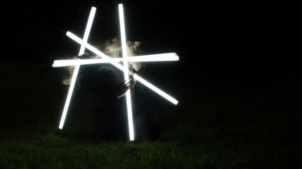 Fotomontage einer Frau mit Leuchtstoffröhren