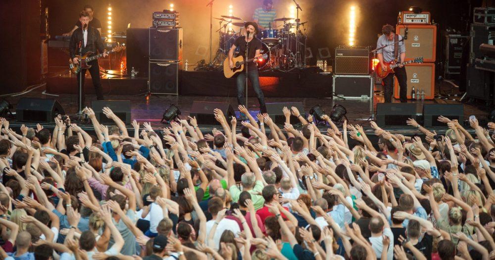 Publikum mit erhobenen Händen vor der Band Travis bei der Kulturarena Jena