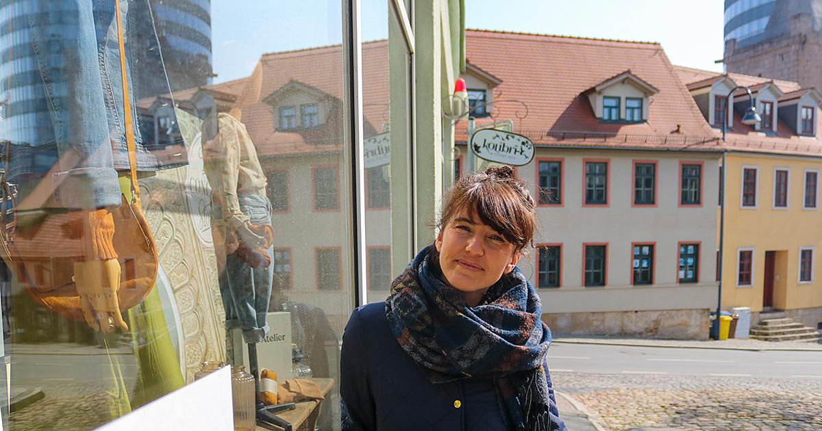 Denise Piewak, Mitarbeiterin der Jena Tourist-Information, vor ihrem Lieblingsgeschäft 'Kolibri' in Jena